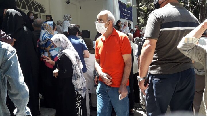 صف عجیب وشلوغ برای تزریق واکسن کرونا در تهران / فیلم وتصاویر