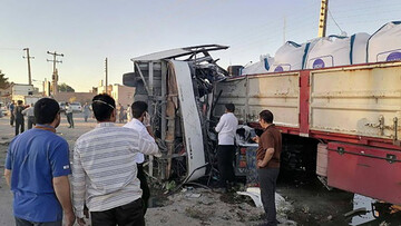 تصادف مرگبار اتوبوس مسافربری با تریلی در یزد؛ ۵ کشته و ۳۴ زخمی / فیلم