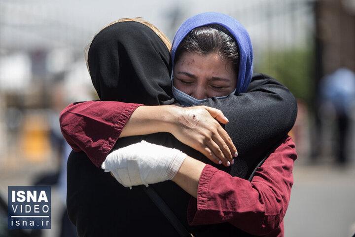 تصاویری از ورود قربانیان و مصدومان سانحه واژگونی اتوبوس خبرنگاران به تهران / فیلم