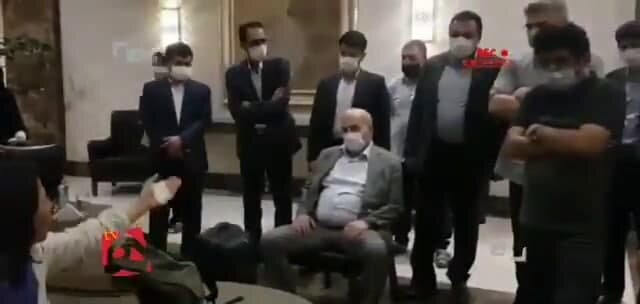 طرز نشستن رییس سازمان محیط زیست در مقابل خبرنگاران زن جنجالی شد / تصویر