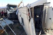 واژگونی اتوبوس پس از برخورد شدید با پراید / فیلم