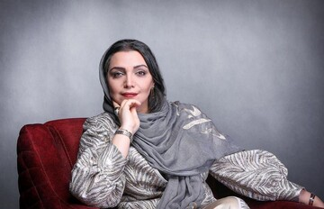 لحظه تزریق دوز دوم واکسن کرونا به خانم بازیگر / عکس