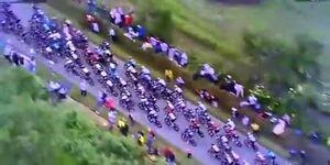 تصادف شدید دوچرخهسواران در رقابتهای توردوفرانس به دلیل برخورد عجیب تماشاگر با یک دوچرخه سوار / فیلم