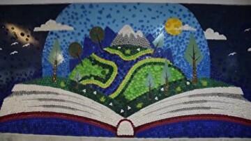 ابتکار جالب هنرمند عجبشیری در ساخت تابلوی کتاب با ۸۵۰۰ درب بطری