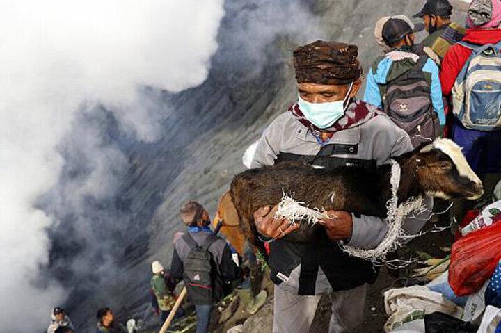 عجیبترین رسم جهان؛ قربانی کردن مرغ و بز در دهانه کوه آتشفشان / فیلم