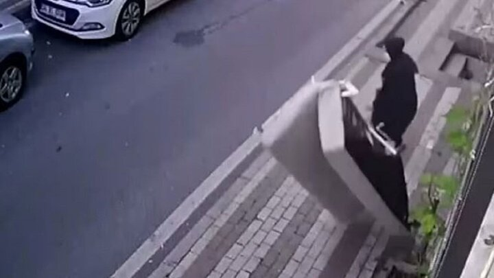 لحظه معجزهآسای جان سالم به در بردن زن عابر؛ هنگام پرت شدن مبل از بالای ساختمان / فیلم