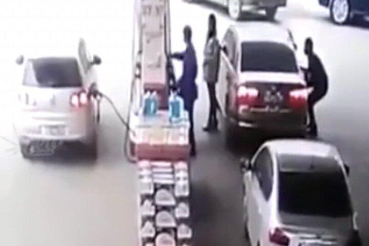 تصاویری از لحظه سرقت عجیب اموال داخل خودرو در پمپ بنزین!