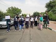 تجمع اعتراضی خبرنگاران مقابل سازمان محیطزیست / تمام ابعاد حادثه واژگونی اتوبوس باید روشن شود
