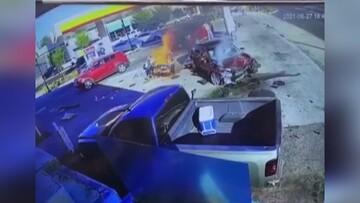 برخورد وحشتناک خودرو با نازل سوخت در پمپ بنزین / فیلم