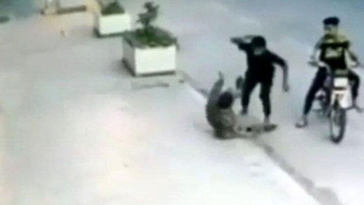 صحنه دلخراش سرقت وحشیانه موبایل با چاقو در بندرماهشهر / فیلم