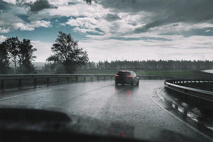 برخورد وحشتناک رعد و برق به ماشین در جاده! / فیلم