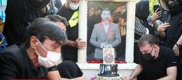 ویدیو غمانگیز از نخستین جشن تولد علی انصاریان بر سر مزارش با کیک ۴۴ سالگی / فیلم