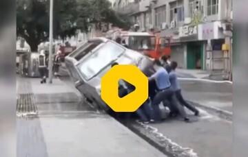 واکنش عجیب مردم چین به خودرویی که سد معبر کرده بود / فیلم
