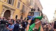 استقبال جالب ایتالیاییها از فوتبالیستهای کشورشان پس از قهرمانی در یورو ۲۰۲۰ / فیلم