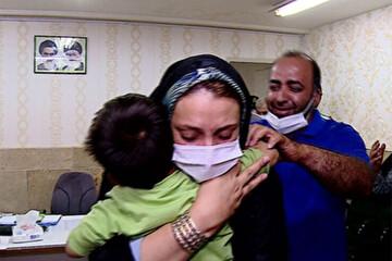 لحظه احساسی نجات کودک ۳ ساله تبریزی از دست آدمرباها / فیلم