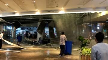 ریزش سقف فروشگاه بزرگی چین بر اثر بارش باران / فیلم