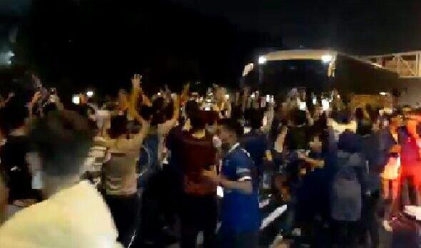 جشن هواداران آبی و استقبال از اتوبوس بازیکنان استقلال پس از برد در دربی / فیلم