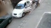 لحظه سرقت لوازم خودروی تیبا توسط زن جوان / فیلم
