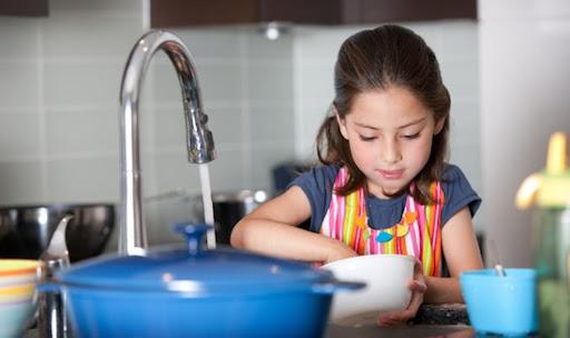 مشارکت کودکان در نظافت منزل