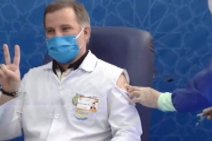 توضیحاتی درباره ماجرای پاره شدن لباس نخستین داوطلب تزریق واکسن نورا / فیلم