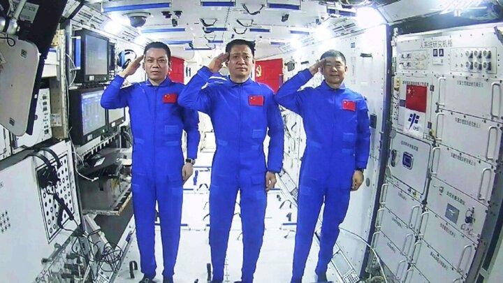 لحظه ورود فضانوردان چینی به ایستگاه فضایی / فیلم