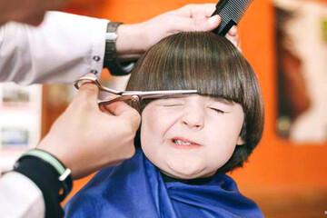 اقدام عجیب و جالب آرایشگر برای گریه نکردن کودک هنگام اصلاح / فیلم
