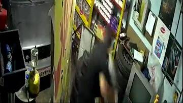 خونسردی عجیب سارقین هنگام سرقت از تعویض روغنی در رباط کریم / فیلم