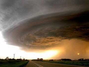 طوفان شدید در فسا بدن یک مرد را خشک کرد/  فیلم