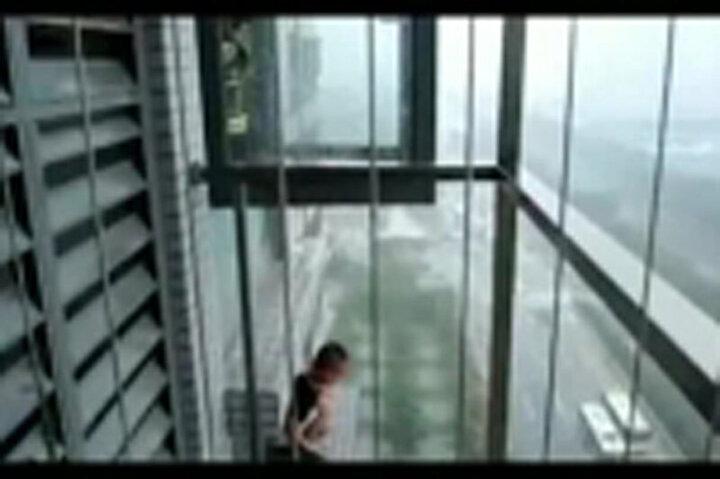 تصاویری عجیب از گیر کردن پسر بچه میان نردههای پنجره / فیلم