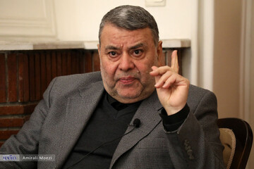 خوب است که روحانی در یک حزب به فعالیت خود ادامه دهد