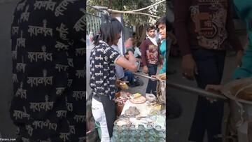 حرکات نمایشی فروشنده عجیب چای در هند / فیلم