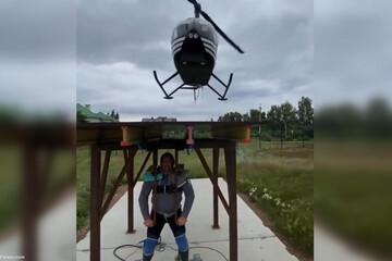 بلند کردن هلیکوپتر سنگین توسط قویترین مرد روسیه / فیلم