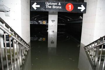 به زیر آب رفتن ایستگاه مترو لندن به دلیل وقوع سیل / فیلم
