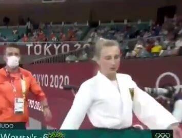 سیلی زدن مربی به گوش شناور زن قبل از شروع مسابقه در المپیک ۲۰۲۰ / فیلم