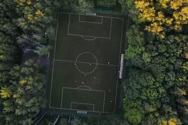 تصاویر هوایی از زمین فوتبال زیبا در دل جنگل / فیلم