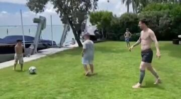 فوتبال بازی کردن لیونل مسی به همراه فرزندانش / فیلم