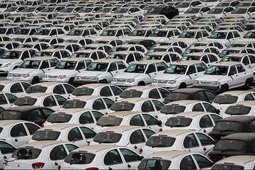 ماندن ۱۴۰ هزار خودرو در پارکینگ خودروسازان زیبنده نیست