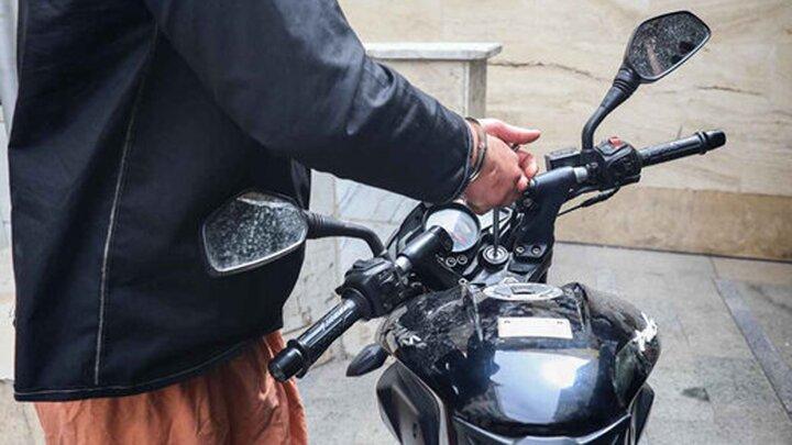 لحظه سرقت عجیب موتورسیکلت در خیابان /  فیلم
