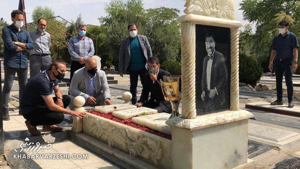 عکس  حضور گلمحمدیو سمیعی بر مزار درگذشتگان پرسپولیس