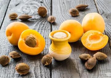 به این دلایل هسته زردآلو و دانههای سیب را نخورید!