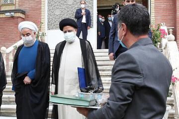 لحظه تحویل دفتر ریاست جمهوری به رییسی توسط روحانی / فیلم
