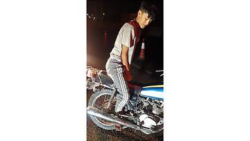 حادثه دلخراش در تهران / گیر کردن پای پسر نوجوان در بین چرخ موتور / عکس