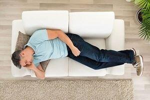 مضرات خوابیدن روی کاناپه که از آن بی اطلاعید!