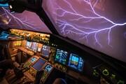 ویدیو تماشایی لحظه وقوع رعد و برق از داخل کابین هواپیما / فیلم