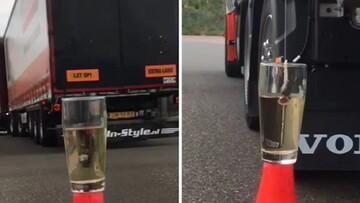 ویدیو دیدنی از مهارت عجیب راننده تریلی در انداختن چای کیسهای به داخل لیوان آب جوش!