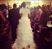 رفتار عجیب عروس و داماد با نوزادشان در شب عروسی!؛ جاسازی کودک در لباس عروس / عکس