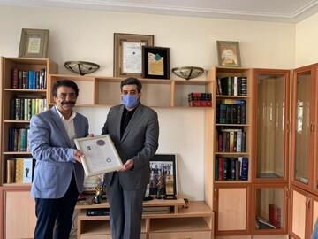 علیرضا افتخاری نشان درجه یک هنری دریافت کرد / عکس