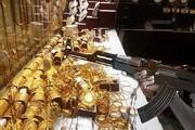 ویدیو نفسگیر از لحظه سرقت مسلحانه طلافروشی در روز روشن در کرج با کلاشینکف