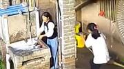 ویدیو هولناک از لحظه سقوط انبار هیزم بر سر دختر جوان!