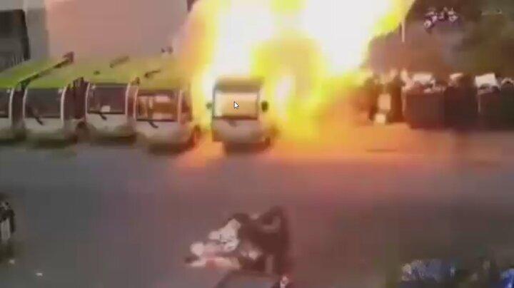 لحظه وحشتناک انفجار ناگهانی یک دستگاه اتوبوس برقی در چین / فیلم